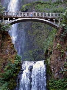 Zdjęcie wodospadu - malowniczy górski potok